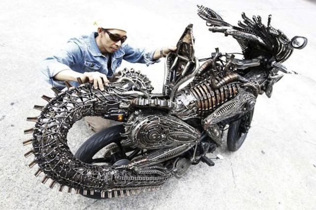 Awesome Motorcycle Inspired by Alien and Predator