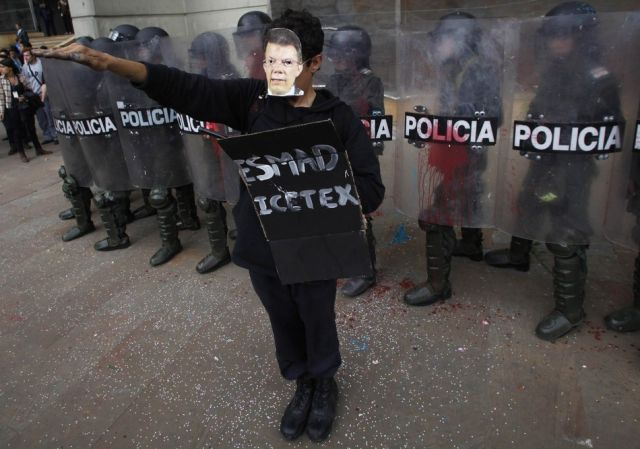 """Colombian Students """"Attack"""" Riot Police with Love"""