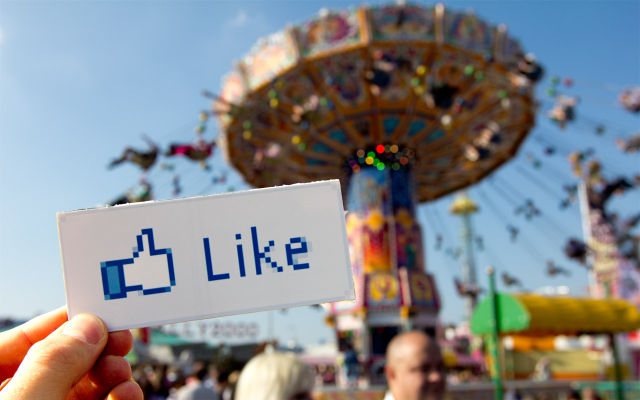 Internet en la vida real, dale al boton like de facebook en la feria