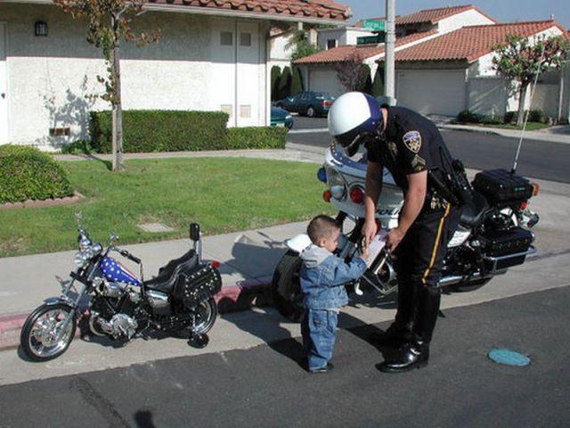 Niño en moto harley detenido por la policía