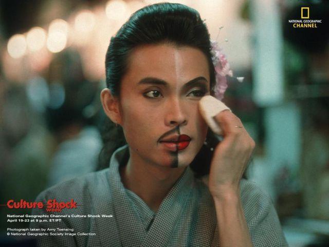 chica asiática maquillada mitad hombre mitad mujer