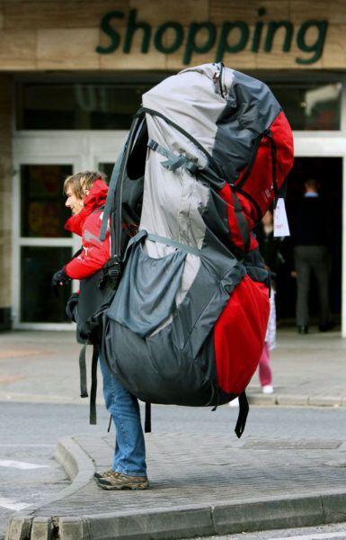 chico con una mochila muy grande