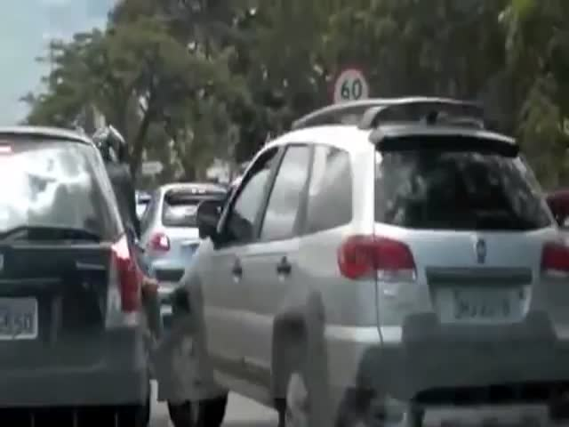 Crazy Brazilian Road Rage – Female Driver vs Biker