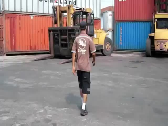 Guy Has Incredible Forklift Skills