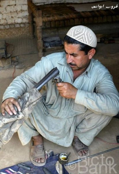 Pakistanis Making Weapons