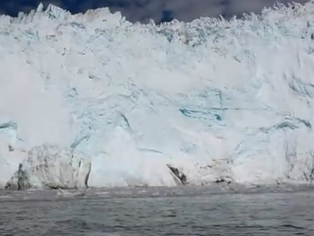 Glacier Breaks Off and Causes Huge Wave