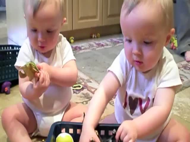 Cute Twins Mimic Their Dad's Sneeze