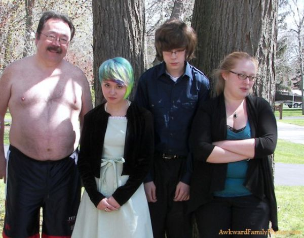 http://img.izismile.com/img/img5/20121101/640/awkward_family_photos_part_10_640_05.jpg