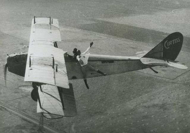 Pilots Perform Grand Aerial Stunts In the 1920s!