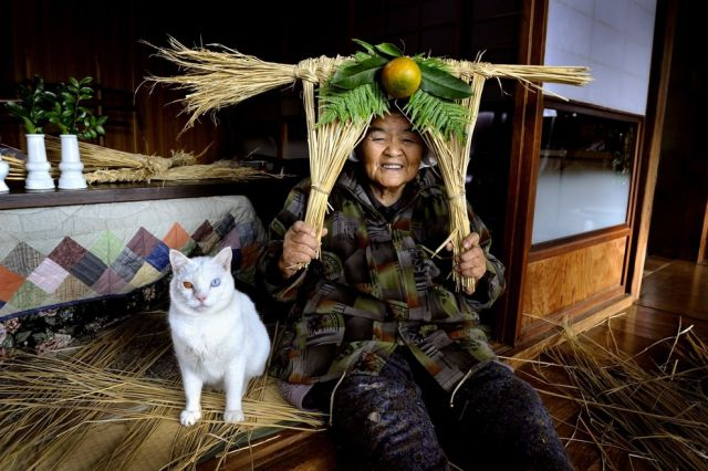 http://img.izismile.com/img/img5/20121109/640/special_friends_granny_and_her_cat_640_25.jpg