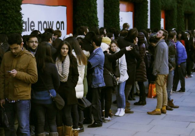 Boxing Day Bargain Hunters in Britain 2012
