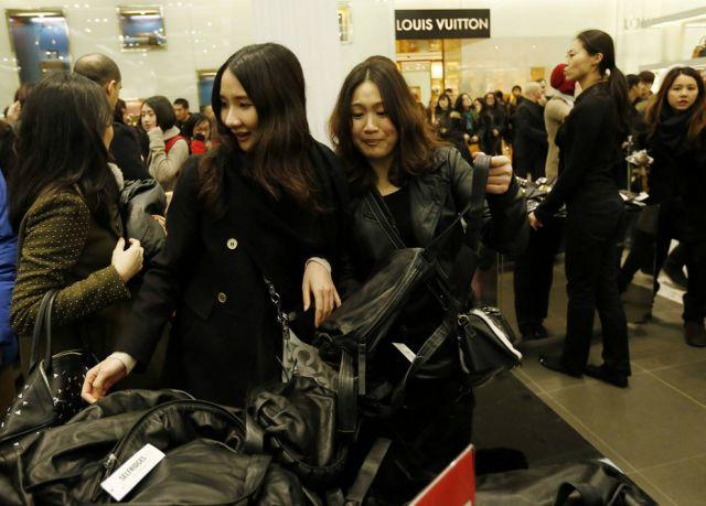 Boxing Day Bargain Hunters in Britain 2012