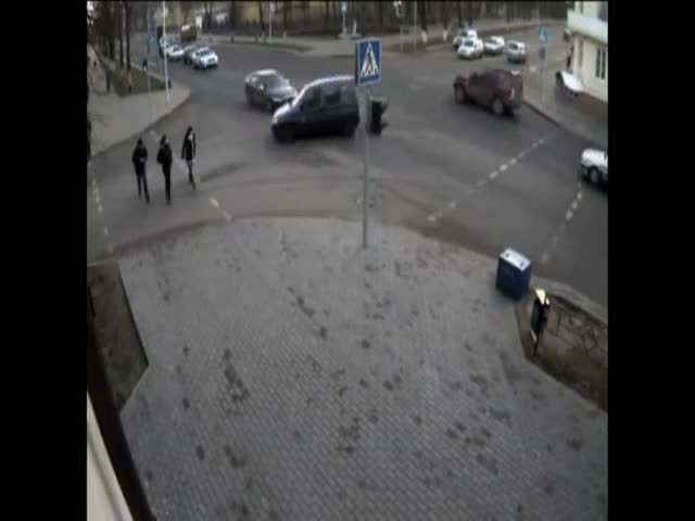 Russian Pedestrians Narrowly Escape Death