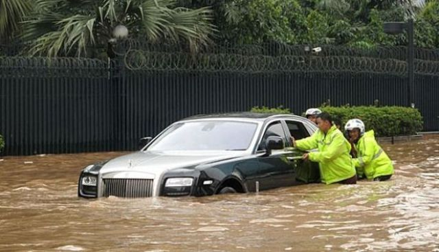 Rolls-Royce Gets Rescued By Locals in Indonesia