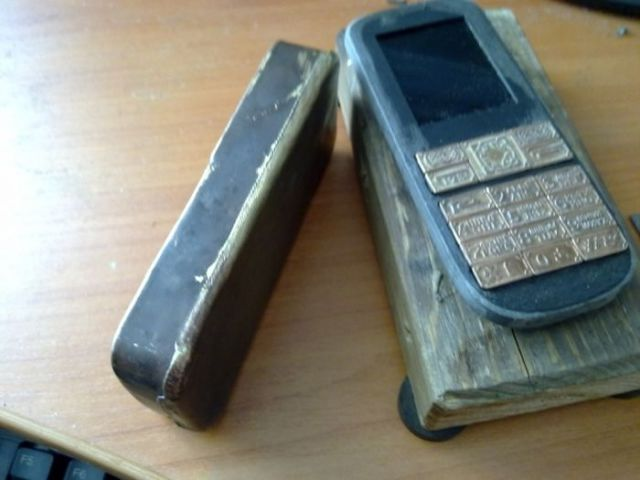 Cheap Cellphone Gets Cool Steampunk Makeover