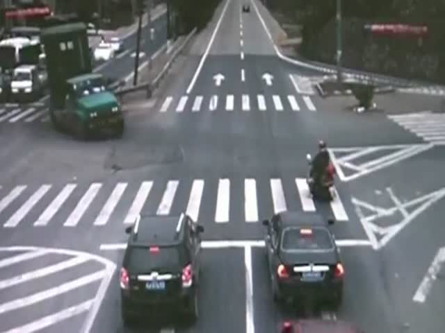 Lucky Biker almost Got Crushed by Truck