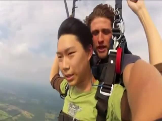 Guy Faints while Paragliding