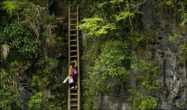 Chinese Kids Brave Danger Every Day So That They Can Go to School
