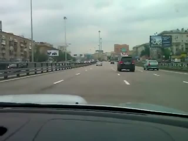 Stupid Russian Guy Drives at High Speed into a Traffic Jam