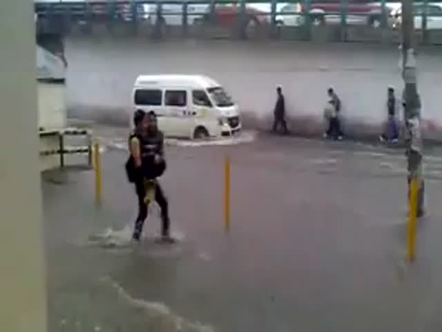 Guy Carries Girlfriend through Flooded Road So She Doesn't Get Wet Feet