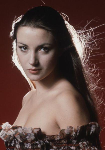 A Former Bond Girl Shows Off Her Bikini Body 4 Pics -4070