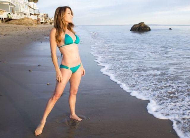 A Former Bond Girl Shows Off Her Bikini Body 4 Pics -1357