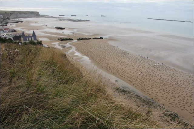"Large-Scale Beach Art Memorialises ""D-Day"" Soldiers"