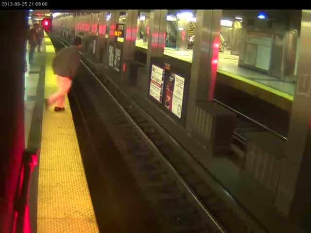 Man Falls on Subway Tracks, People Jump to the Rescue
