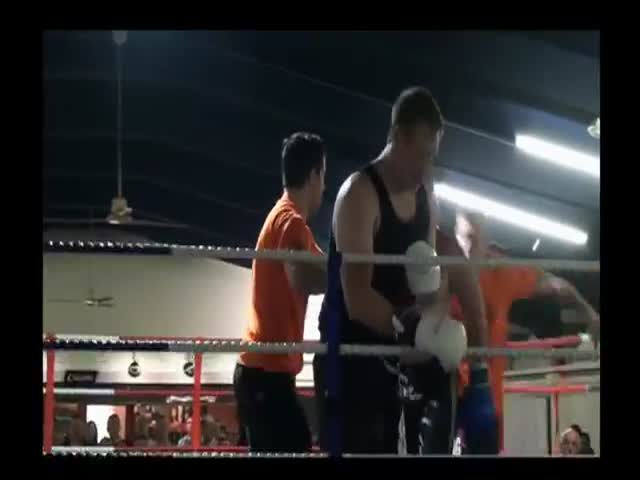 Referee Gives Boxer the Adequate Treatment to Uncooperative Boxer