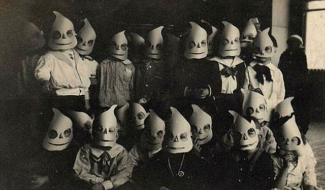 Some of the Scary Halloween Costumes from Years Gone By (27 pics ...