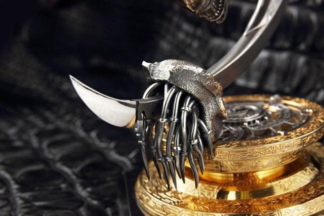 A Radical One-of-a-kind Alien Inspired Knife Design