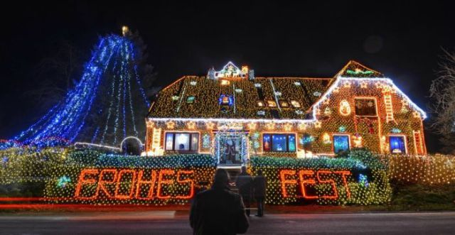 Houses Lit Up By 450 000 Christmas Lights 8 Pics