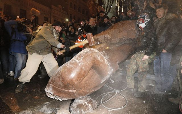 Ukrainians Attack Iconic Lenin Statue with Hammers