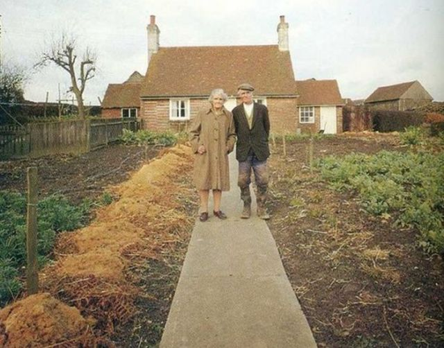 Elderly Couple Got Photographed in the Same Place Each Season Until…