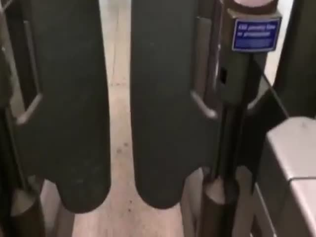 London Underground Ticket Barrier Sounds Just like Blur's Song 2  (VIDEO)