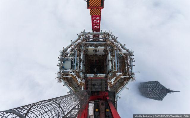 2 Russian Daredevils Climb the Shanghai Tower