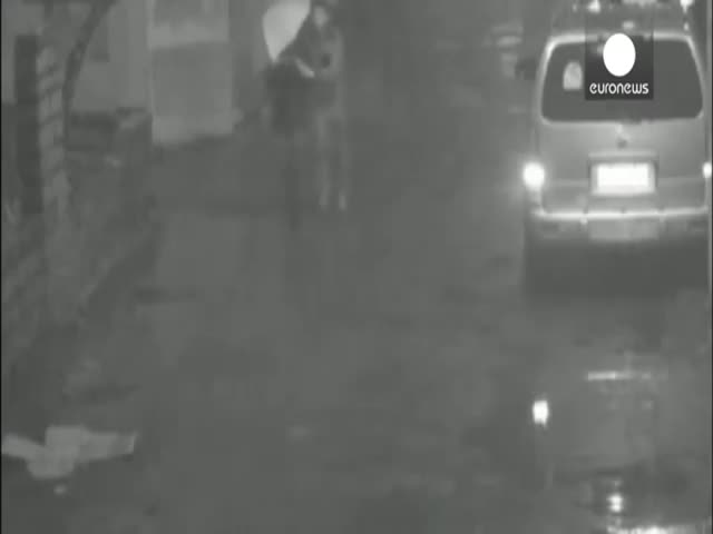 WTF! Man Pushes Woman into Manhole, Locks Her Up and Runs Away  (VIDEO)