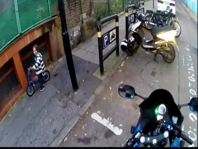 Good Guy Motorcycle Rider in London Makes Kid's Day  (VIDEO)