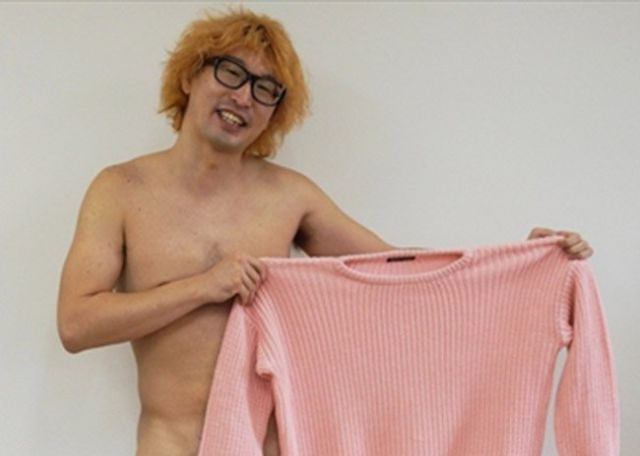 Japanese Man Shows Us How to Use a Single Sweater to Keep Warm