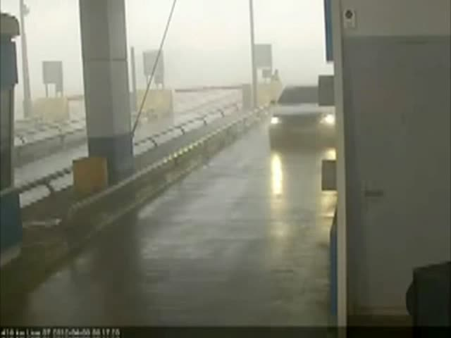 Tollbooth Operator Gets a Taste of 'Final Destination' Bad Luck  (VIDEO)