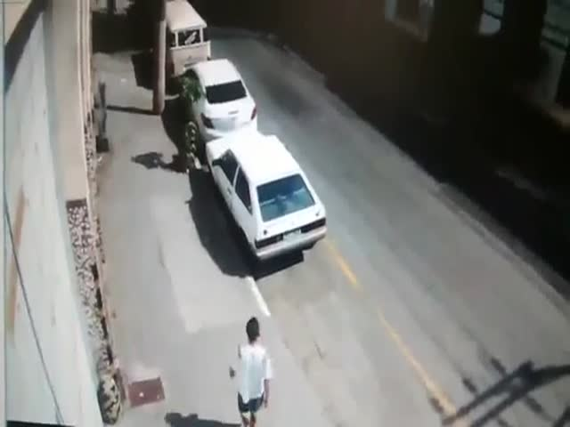 Car Thief Caught Red-Handed Gets His Ass Kicked