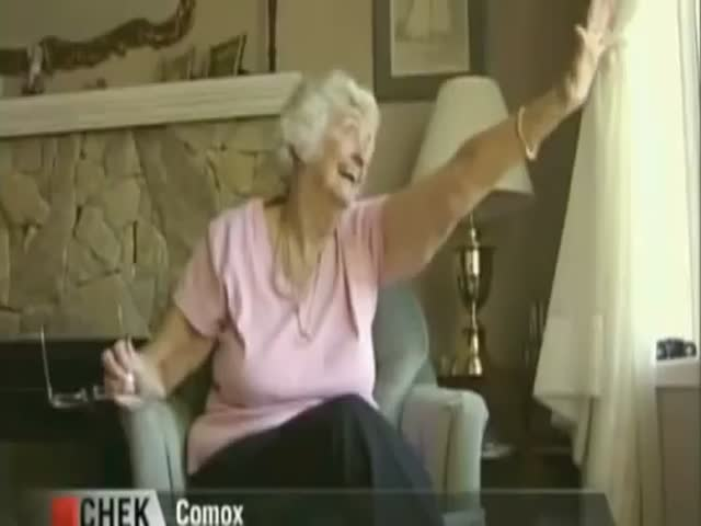 Students' Nice Surprise to Elderly Woman Who Waves at Them Every Day  (VIDEO)