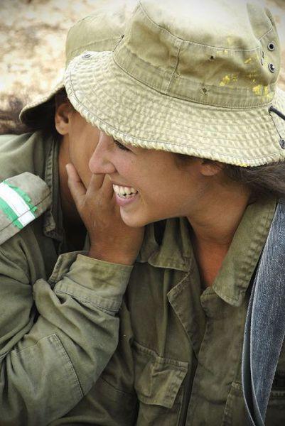 무기에 뜨거운 이스라엘 소녀의 일부