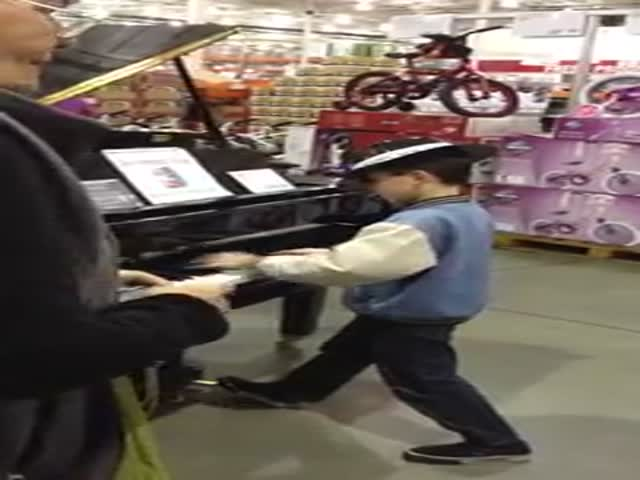 While His Parents Are Shopping, Kid Amazes Folks with His Piano Skills