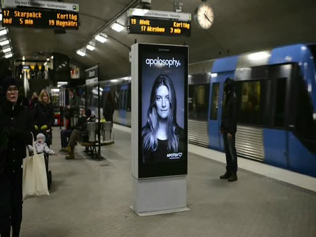 A Clever Interactive Ad That Reacts to the Passing of a Subway Train  (VIDEO)