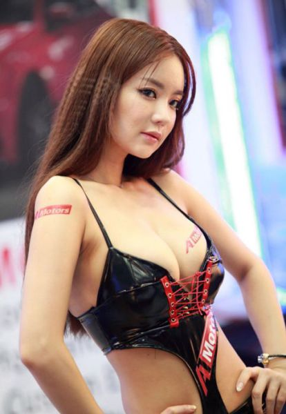 Gorgeous Girls Strut Their Stuff at the Seoul Auto Salon