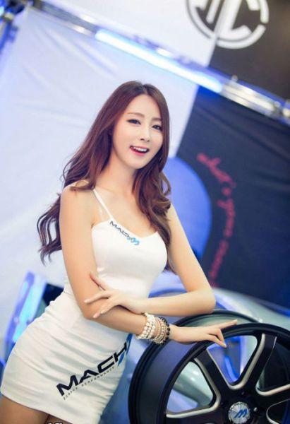 Gorgeous Girls Strut Their Stuff at the Seoul Auto Salon