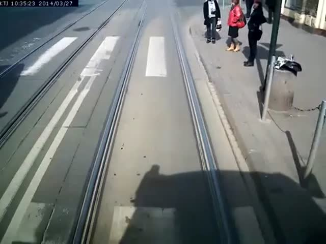 A Stupid Polish Bicyclist Lucky to Still Have His Legs  (VIDEO)