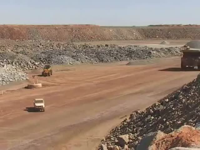 Caterpillar 797 vs Landcruiser  (VIDEO)