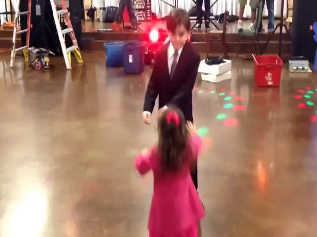 Dancing Boy Rejects Jealous Little Girl like a Boss  (VIDEO)